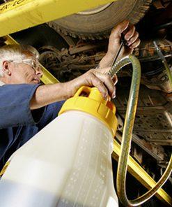 OilSafe kan met pomp en geel deksel in gebruik