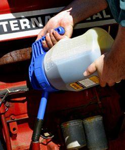 OilSafe kan met blauw deksel lange tuit smal in gebruik