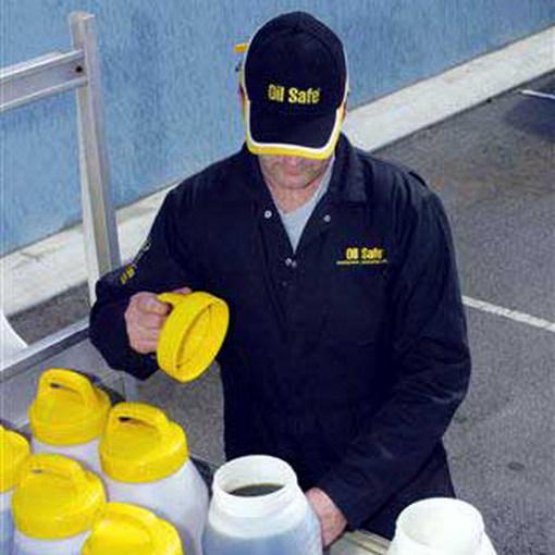 Oil Safe kannen en afsluitdeksels in gebruik