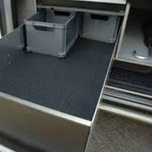 antislipmat in lade van auto met kratten erin