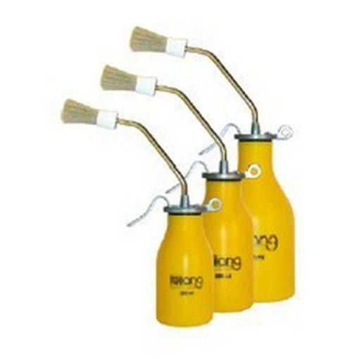 drie gele oliekannen van verschillend formaat met smeerkwastje aan de punt