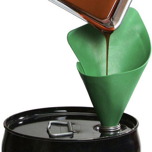 form-a-funnel trechter op olievat waarin olie wordt gegoten