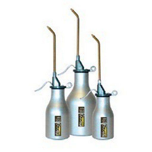 drie metalen oliekannen dubbelwerkend