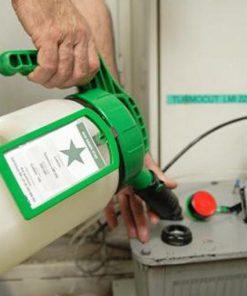 OilSafe kan met groen deksel en label in gebruik