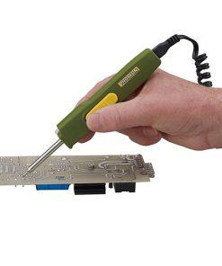 soldeerapparaat in hand bij printplaat