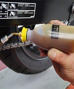 Olie spuitflesje met kwast in gebruik