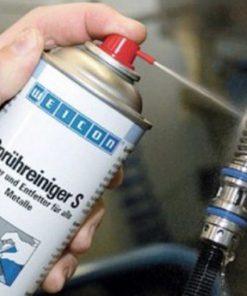 spuitbus in gebruik reinigerspray