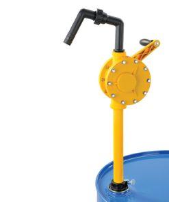 gele roterende vatpomp op blauw olievat