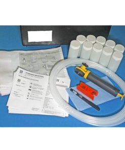 olieanalyse set met buis, pomp, bemonsteringsflesjes en formulieren