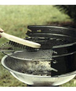 staalborstel in gebruik om barbeque rooster te reinigen