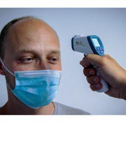 infrarood thermometer in gebruik om lichaamstemperatuur van man met mondkapje te meten