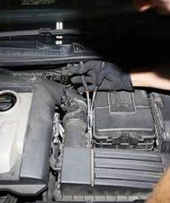 lange buigtang in gebruik op een moeilijk bereikbare plaats onder de motorkap