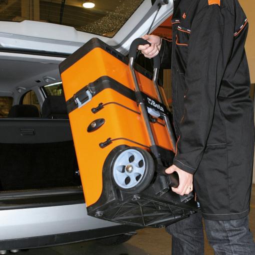 gereedschapstrolley van beta in gebruik, wordt opgetild en in kofferbak van auto gezet