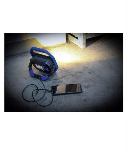 werklamp waarmee tevens mobiele telefoon opgeladen kan worden