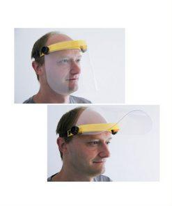 man met gezichtsbeschermer voor z'n gezicht en opgeklapt